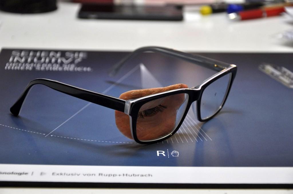 Brillenepithese an Kusnstofffassung